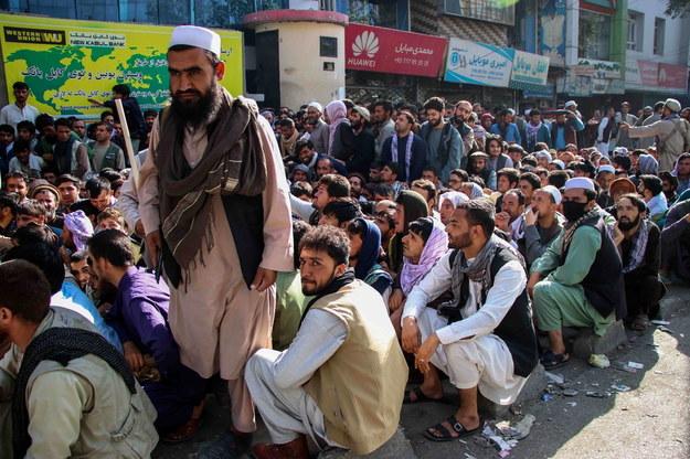 Kolejka przed bankiem w Kabulu /STRINGER /PAP/EPA