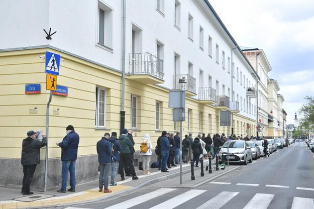 Kolejka przed punktem szczepień masowych przeciwko Covid-19 na placu Bankowym w Warszawie /Radek  Pietruszka /PAP