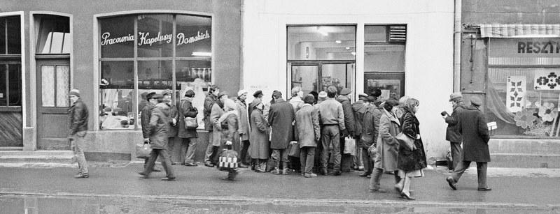 Kolejka przed sklepem w Gdańsku, rok 1982 /Wojtek Laski /East News
