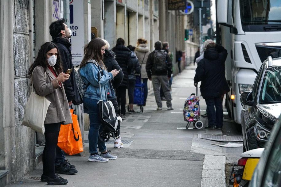 Kolejka przed sklepem w Turynie /Tino Romano /PAP/EPA