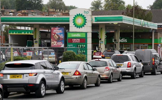 Kolejka przed stacją benzynową w Wielkiej Brytanii /Andrew Matthews /PAP/PA
