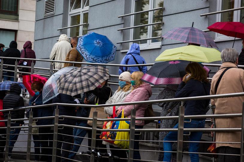 Kolejka przed szpitalem im. J. Dietla w Krakowie, zdjęcie z października 2020 /KONRAD KOZLOWSKI/POLSKAPRESS /East News