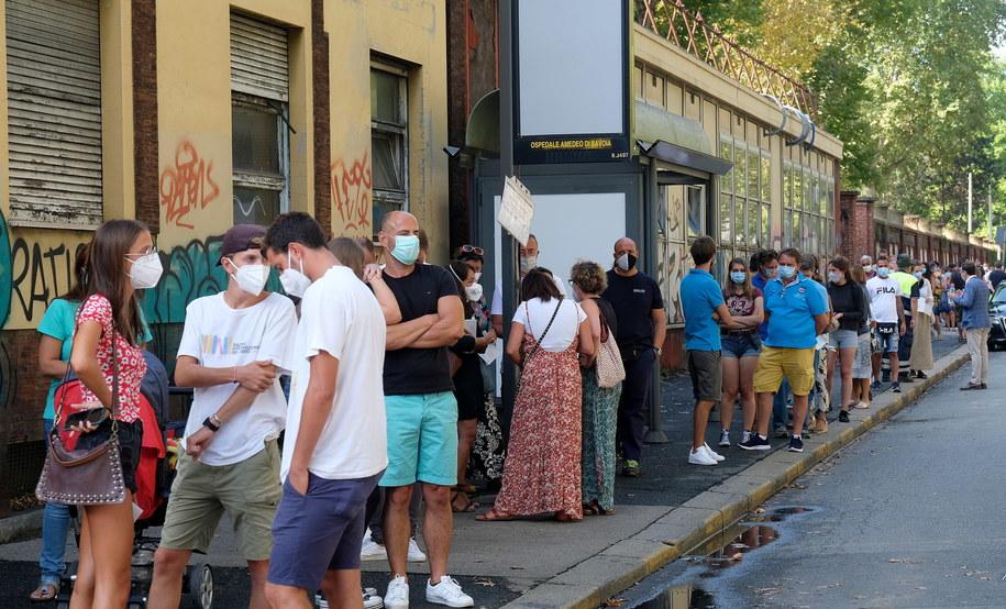 Kolejka przed szpitalem w Turynie /ALESSANDRO DI MARCO  /PAP/EPA
