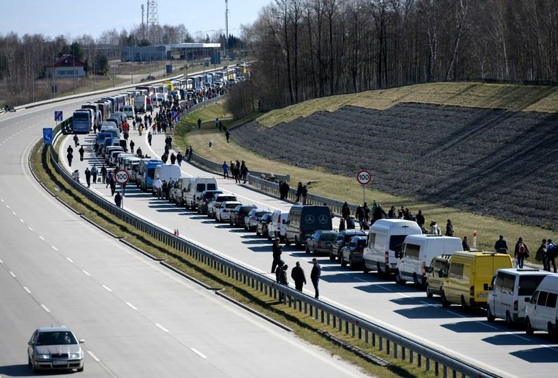 Kolejka samochodów, busów i autobusów na polsko-ukraiński, przejściu granicznym w Korczowe /Dariusz Delmanowicz    /PAP