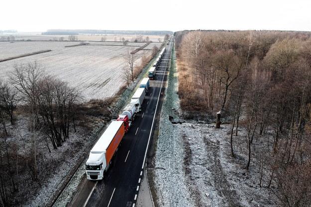 Kolejka samochodów przed polsko-ukraińskim przejściem granicznym w Korczowej, listopad 2018 /Darek Delmanowicz /PAP