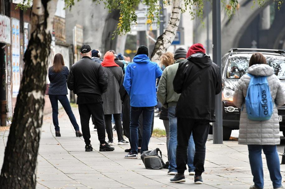 Kolejki do badania na obecność koronarwirusa przed szpitalem na Solcu w Warszawie /Piotr Nowak /PAP
