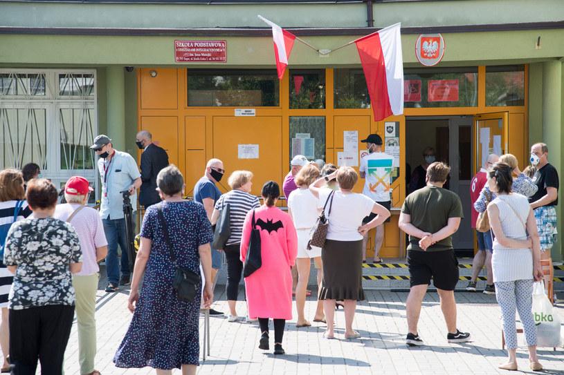 Kolejki przed lokalem wyborczym w Gdańsku. Frekwencja w całym kraju dopisała! /Wojciech Strozyk/ /Reporter