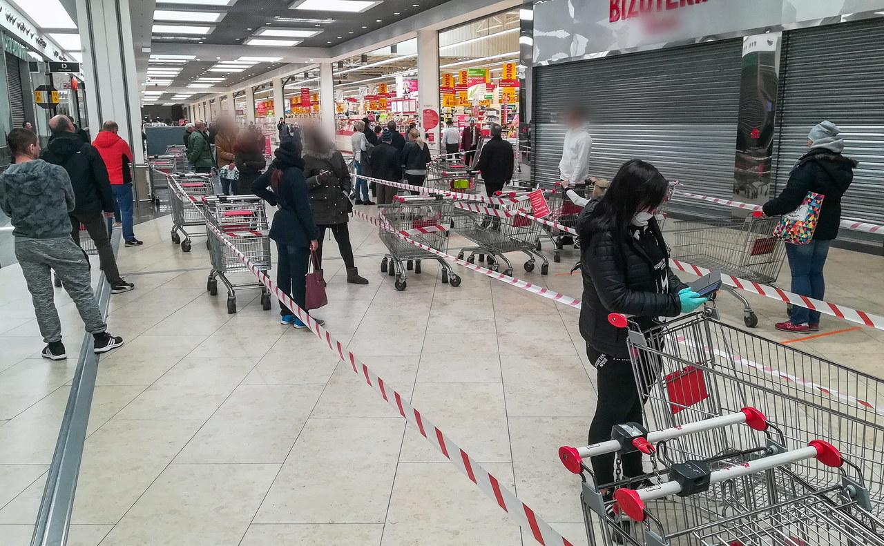 Kolejki przed sklepami w czasie epidemii. W telefonie sprawdzisz, gdzie jest najmniej klientów