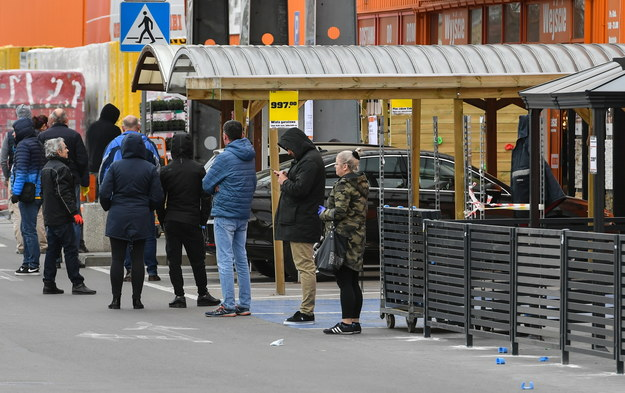 Kolejki przed sklepem budowlanym w Lublinie. Zdjęcie z 3 kwietnia 2020 roku /PAP