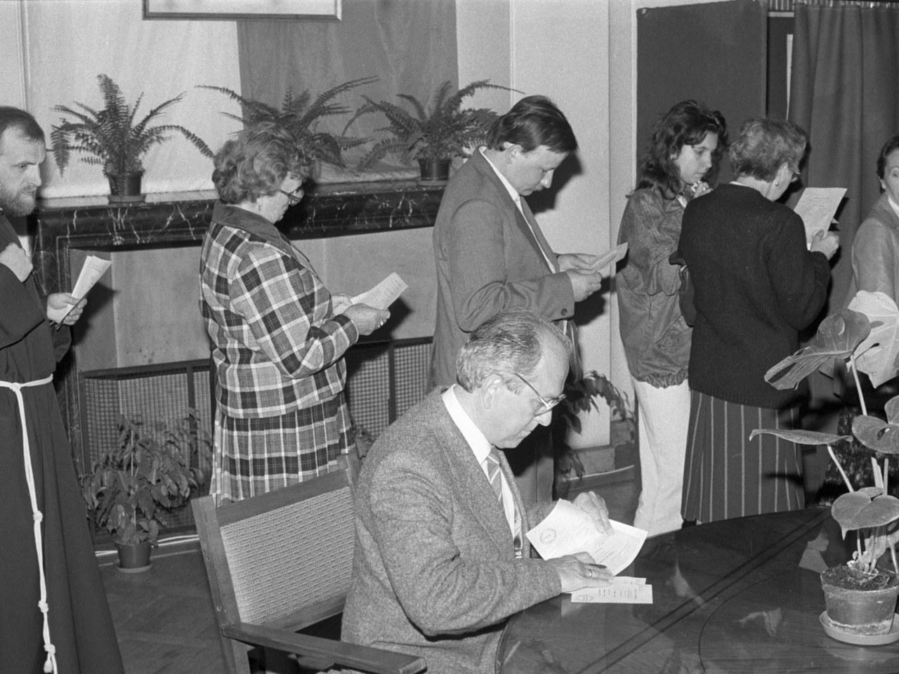 Kolejki w lokalach wyborczych. Gary Cooper na ulicach