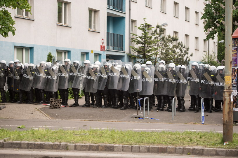Kolejna demonstracja i zamieszki przed komisariatem policji Wrocław Stare Miasto, gdzie w minioną niedzielę zmarł zatrzymany przez funkcjonariuszy 25-letni mężczyzna /Maciej Kulczyński /PAP