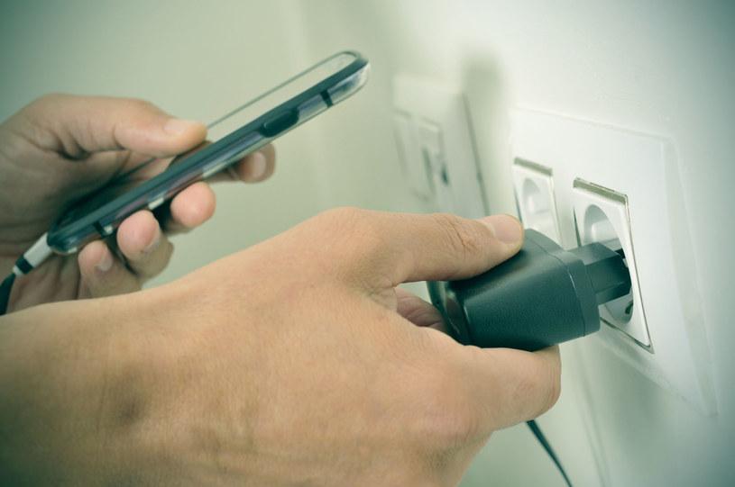 Kolejna firma możne zrezygnować z ładowarek sprzedawanych ze smartfonami /123RF/PICSEL