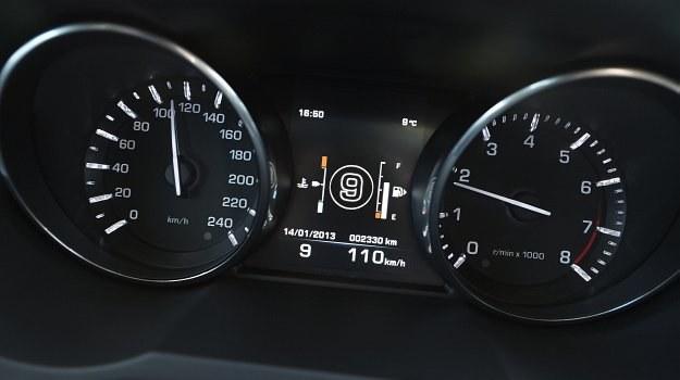 Kolejne biegi to sposób na ograniczenie zużycia paliwa i emisji szkodliwych spalin. /Land Rover