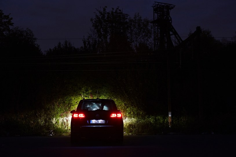 """Kolejne ze """"zmanipulowanych"""" zdjęć z serii """"The Dark Heart of Europe"""" Giovanniego Troilo. W samochodzie znajduje się kuzyn fotografa. /&nbsp"""