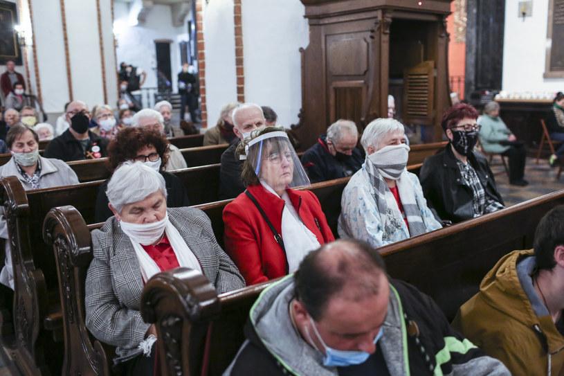 Kolejni biskupi udzielają dyspensy od uczestnictwa w niedzielnych mszach świętych w związku z epidemią /Marek Berezowski /Reporter