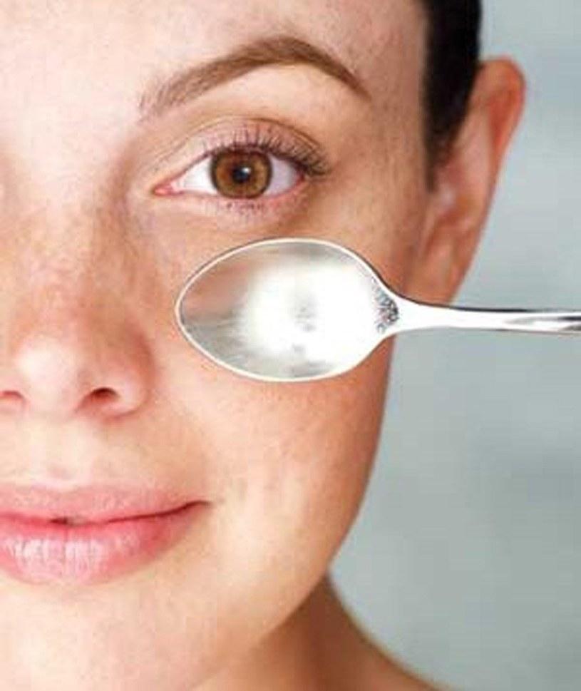 Kolejność wykonania masażu twarzy krok 2 /© Photogenica