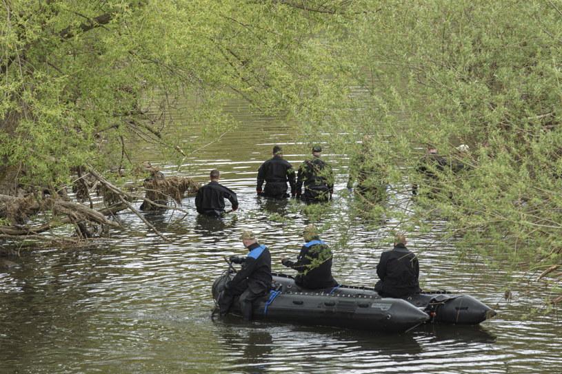 Kolejny dzień poszukiwań w rejonie miasta Nowogrodziec (woj. dolnośląskie) w rzece Kwisie /Aleksander Koźmiński /PAP