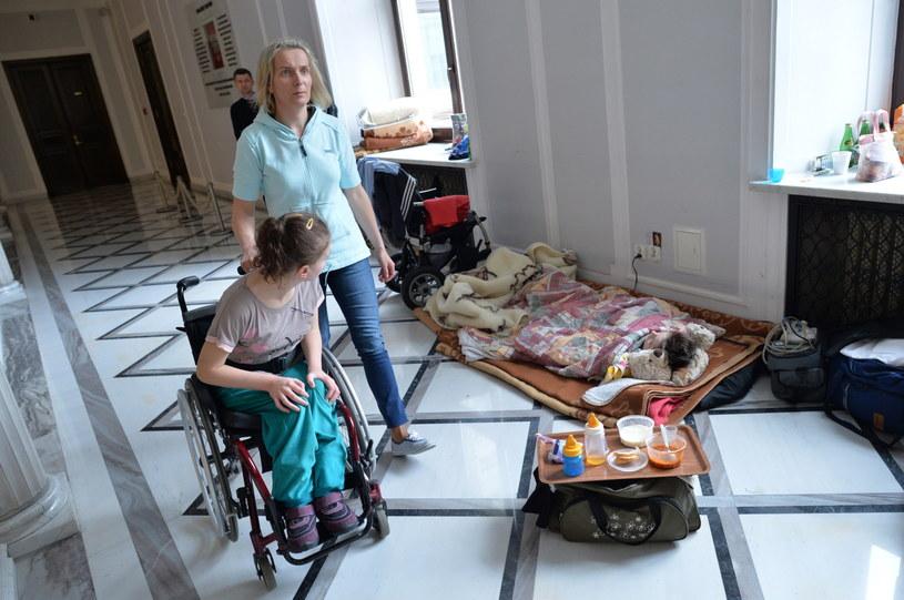 Kolejny dzień protestu okupacyjnego rodziców i opiekunów niepełnosprawnych dzieci w Sejmie /Jacek Turczyk /PAP