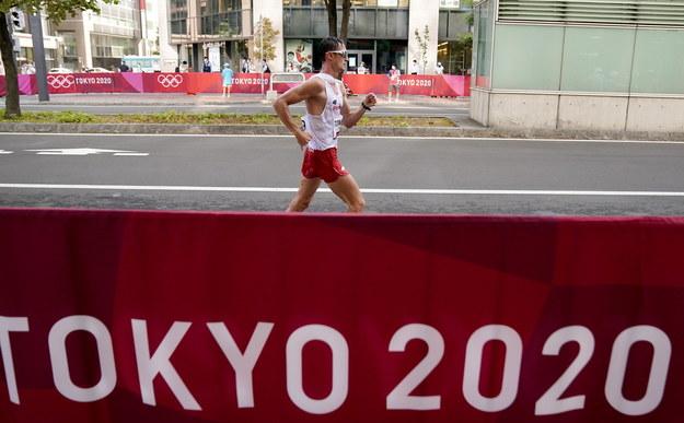 Kolejny złoty medal dla Polski. Dawid Tomala został w Sapporo mistrzem olimpijskim w chodzie sportowym na 50 km /KIMIMASA MAYAMA /PAP/EPA