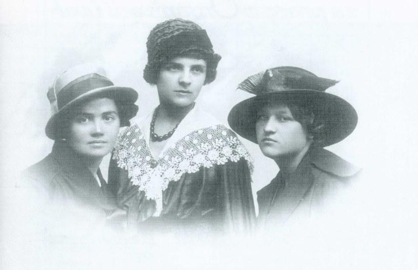 Koleżanki z POW, od lewej: Aleksandra Brykczyńska, Stefania Aluchna, Józefa Szumiłowska, Pułtusk, 1919 r. /Archiwum Akt Nowych