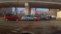 Kolizja na skrzyżowaniu. Obaj kierowcy twierdzą, że mieli zielone