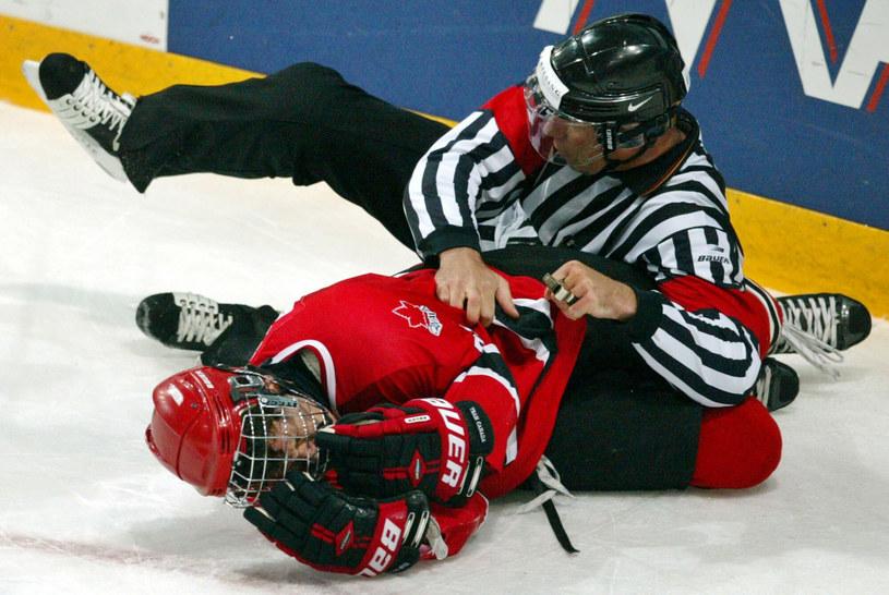 Kolizja sędziego z zawodnikiem w hokeju na lodzie /AP /East News