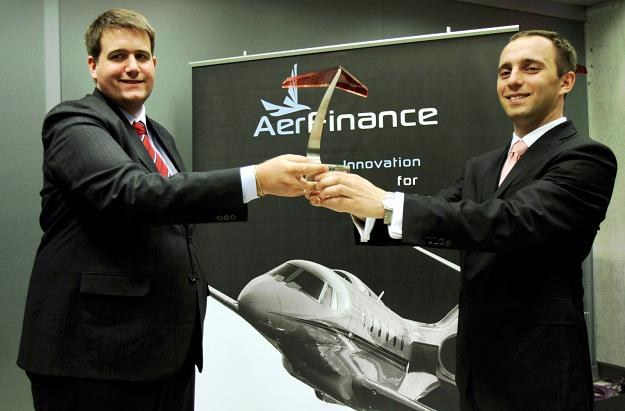 Kolja Leo (L), prezes AerFinance i dyrektor firmy Bartłomiej Herodecki (P) /PAP