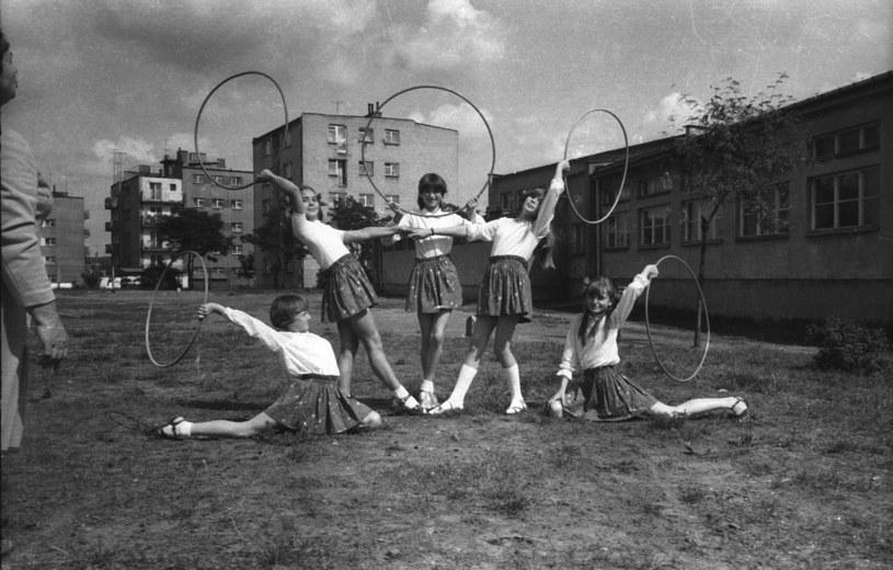 Kolko gimnastyczne w szkole nr 2 w Suchedniowie, pokazy z okazji Święta Ludowego,1974 r. /Marian Musiał/Forum /Agencja FORUM