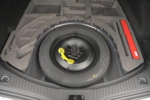Koło dojazdowe kosztuje 100 zł i zmniejsza bagażnik o 12 l. Pełne koło zapasowe odpowiednio 150 zł i 54 litry. /Auto Moto