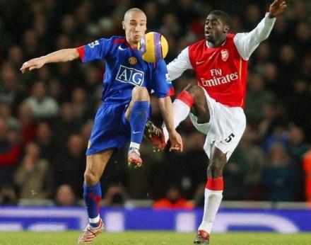 Kolo Toure i Henrik Larsson walczą o piłkę. Arsenal-ManU 2:1 /AFP