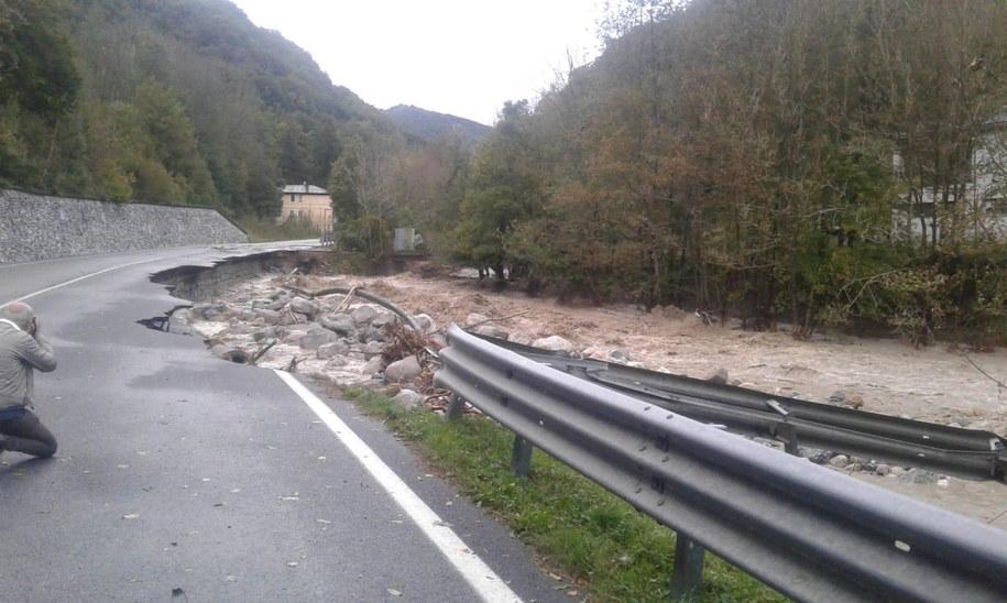 Koło Vercelli zawalił się mały most na rzece Sesia /Lorenzo Boratto /PAP/EPA