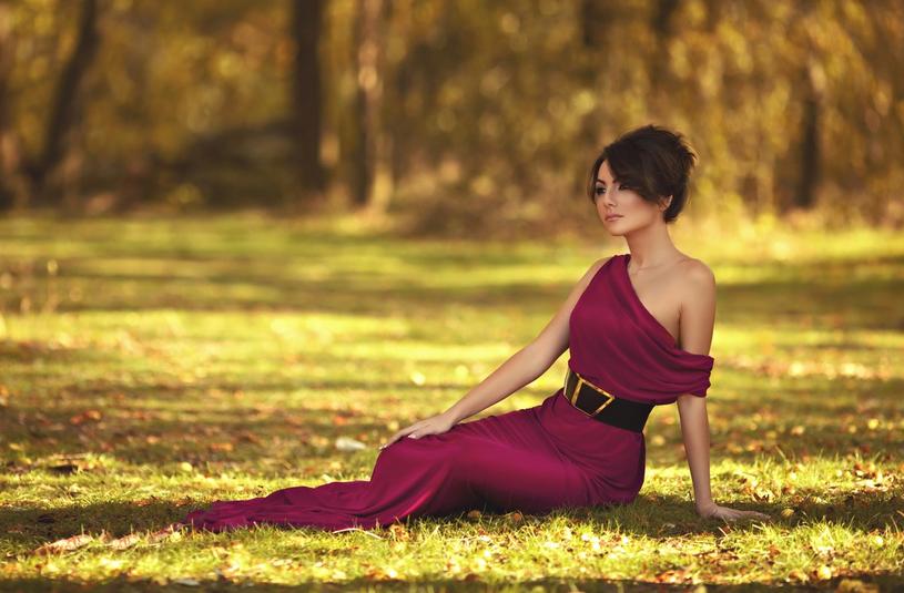 Kolor bordowy niezmiennie króluje w klasycznym, eleganckim wydaniu /123RF/PICSEL