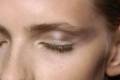 Kolor piasku odwróci uwagę od zmęczonych oczu /East News/ Zeppelin