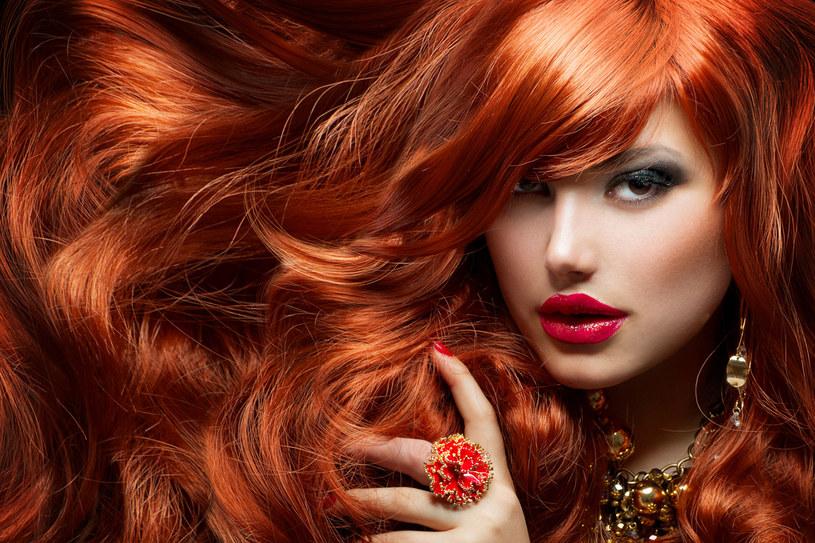 Kolor z farbowanych włosów może się szybko spłukiwać /123RF/PICSEL