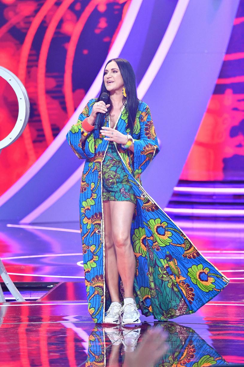 Kolorowa kreacja Kayah sprawiała wrażenie inspirowanej modą plażową /East News