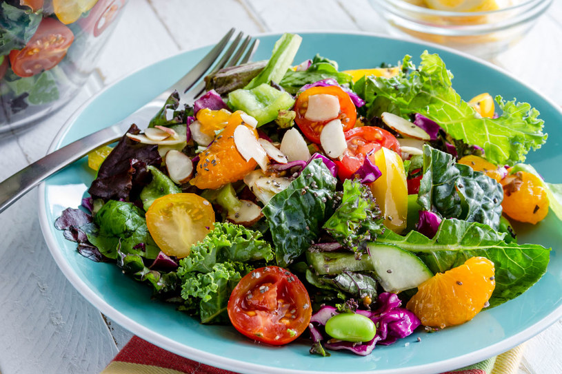 Kolorowa sałata z nasionami chia /123RF/PICSEL