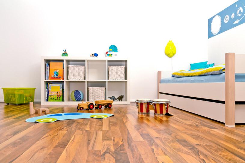 Kolorowe dodatki aranżacyjne i stonowane kolory ścian to jedno z najlepszych połączeń /Adobe Stock