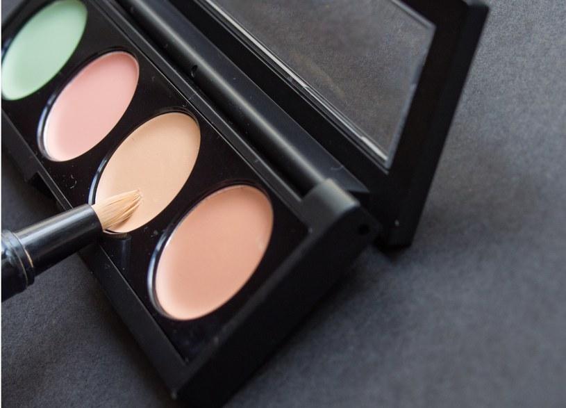 Kolorowe korektory pomogą też ukryć przebarwienia i pękające naczynka /123RF/PICSEL