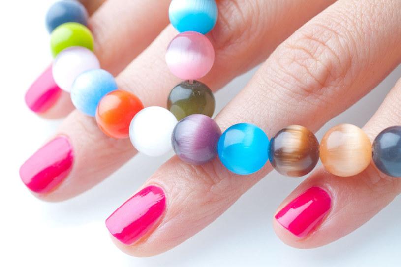 Kolorowe paznokcie hitem tego lata /123RF/PICSEL