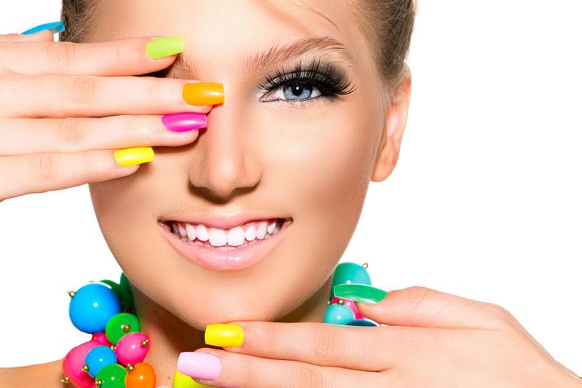Kolorowe paznokcie to hit. Dobrze wyglądają na opalonych dłoniach. /123RF/PICSEL