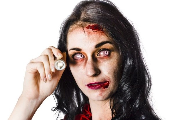Kolorowe soczewki kontaktowe kupowane na Halloween mogą być niebezpieczne dla zdrowia /123RF/PICSEL