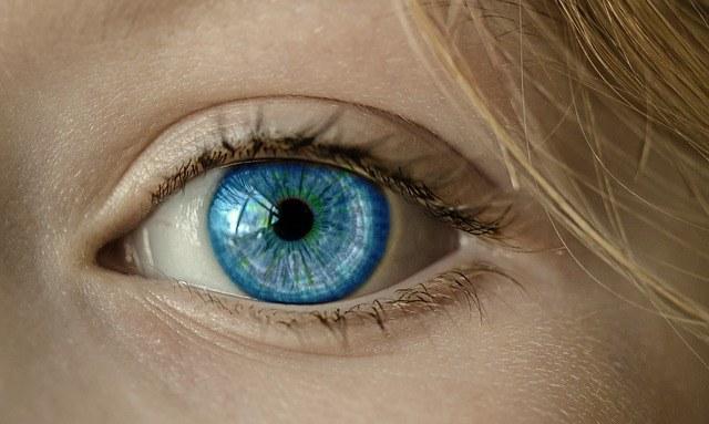 Kolorowe soczewki są trendy, ale najlepiej wybierać je z pomocą fachowca /Pixabay.com