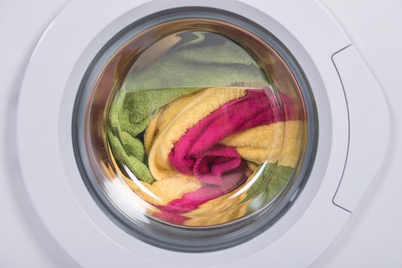 Kolorowe ubrania często tracą barwę /123RF/PICSEL