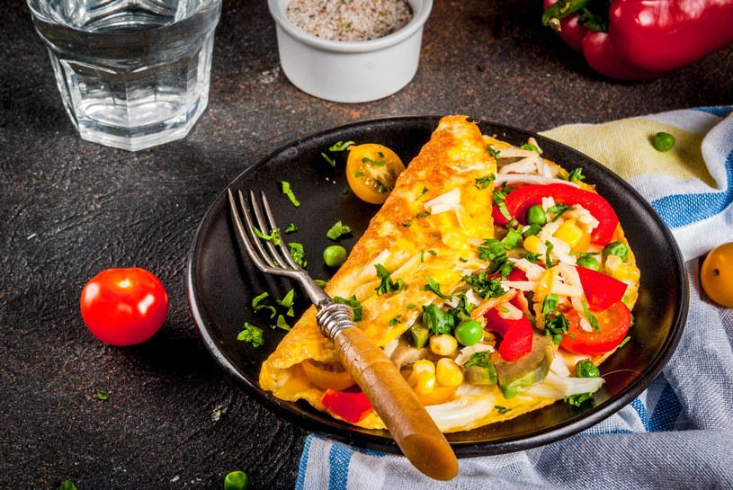 Kolorowy omlet z bukietem warzyw /123RF/PICSEL