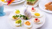 Kolorowy talerz świątecznych jajek