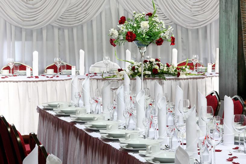 Kolorystyka dekoracji sali weselnej powinna być spójna z motywem przewodnim /123RF/PICSEL