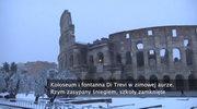 Koloseum i fontanna Di Trevi w zimowej aurze. Rzym zasypany śniegiem, szkoły zamknięte