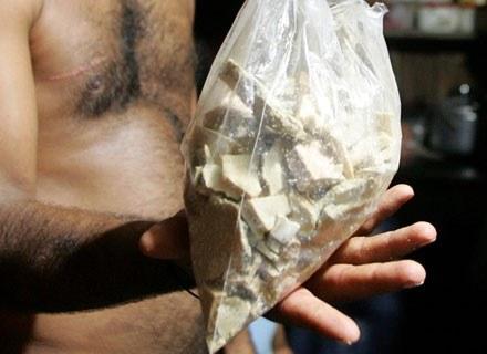 Kolumbijski rolnik pokazuje wytworzoną przez siebie kokainę, październik 2007 /AFP