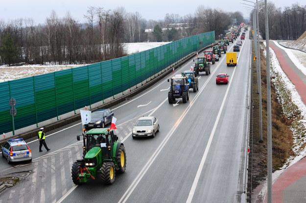 Kolumna ciągników w Ryczołku na drodze krajowej nr 2 /Przemysław Piątkowski /PAP
