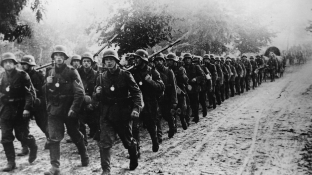 Kolumna niemieckiego wojska posuwa się w głąb Polski /Getty Images
